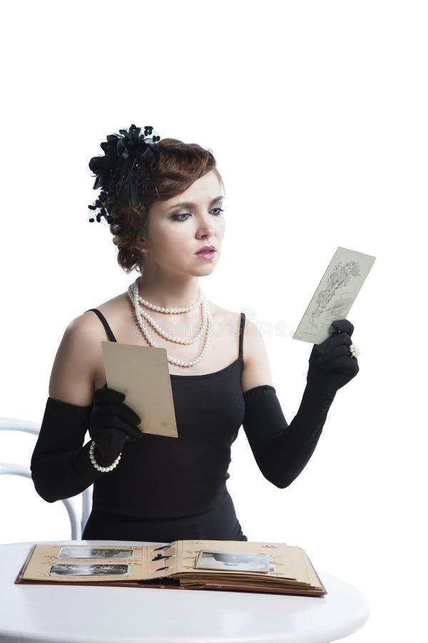 Una mujer con un álbum de foto imagen de archivo