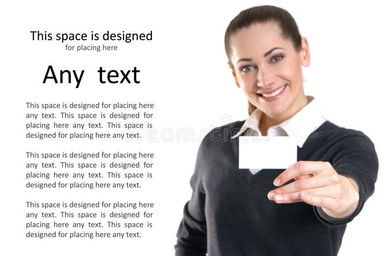 Una mujer de negocios joven que sostiene una tarjeta de la visita foto de archivo