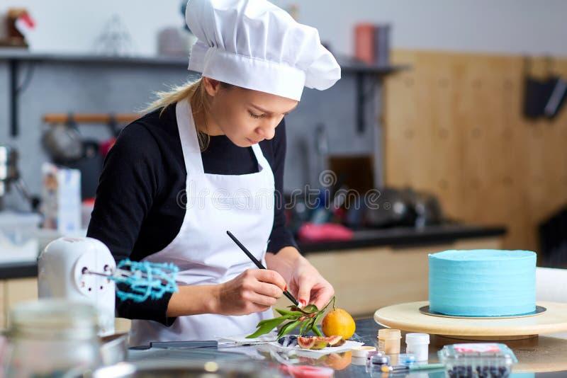 Una Mujer Del Confitero Adorna Una Torta En Una Tabla En La Cocina ...