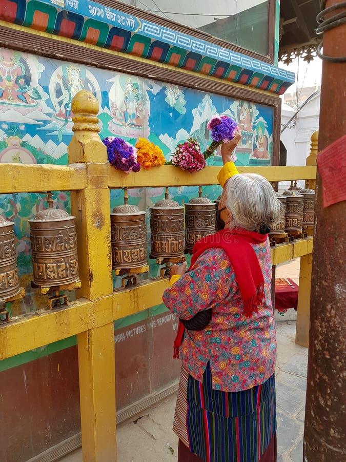 Una mujer del eldery en Nepal imagen de archivo libre de regalías