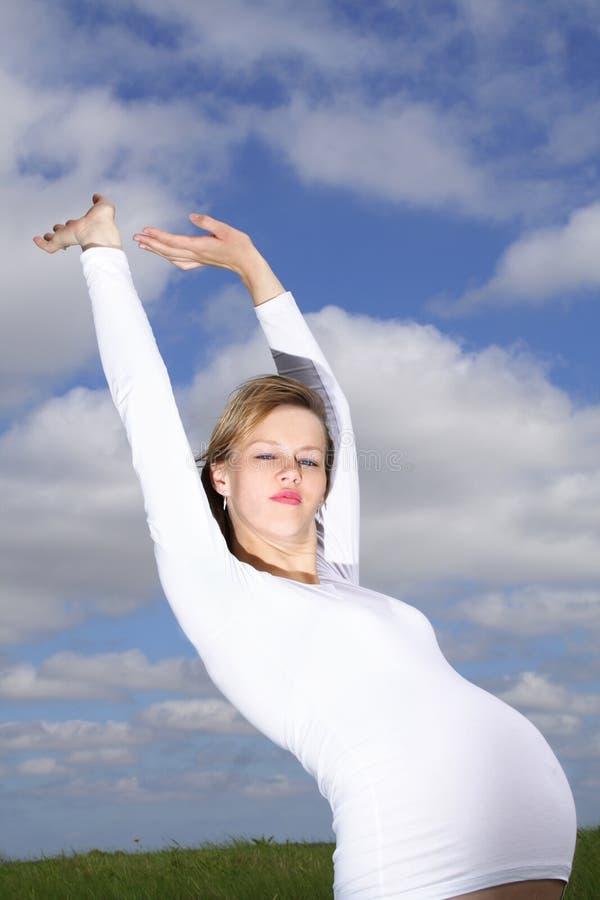 Una mujer embarazada libre feliz imagen de archivo libre de regalías