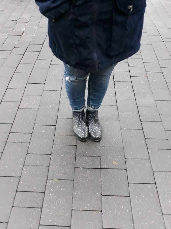 Una mujer en botas del otoño imagen de archivo