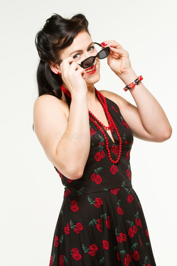 Mujer en el estilo 1950´s con las gafas de sol fotos de archivo libres de regalías