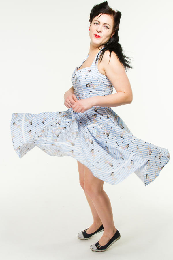La mujer en el estilo 1950´s está bailando imagen de archivo
