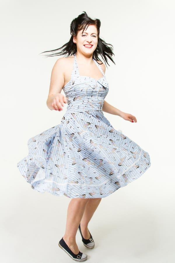La mujer en el estilo 1950´s está bailando imágenes de archivo libres de regalías