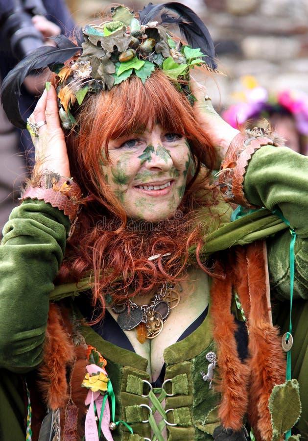 Una mujer en Gato en el festival verde imagen de archivo