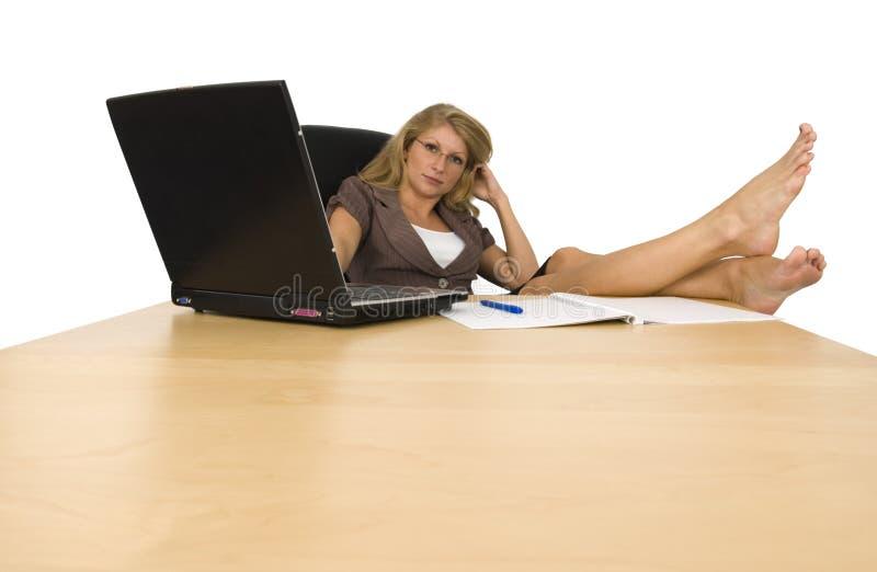 Una mujer en la oficina. imágenes de archivo libres de regalías