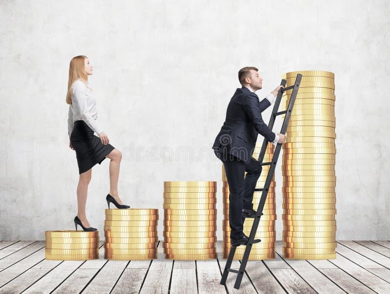 Una mujer en ropa formal va el consumir las escaleras que se hacen de monedas de oro, mientras que un hombre ha encontrado un ata fotografía de archivo
