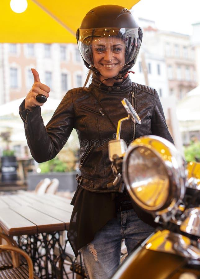 Una mujer en un casco negro del moto imagen de archivo libre de regalías