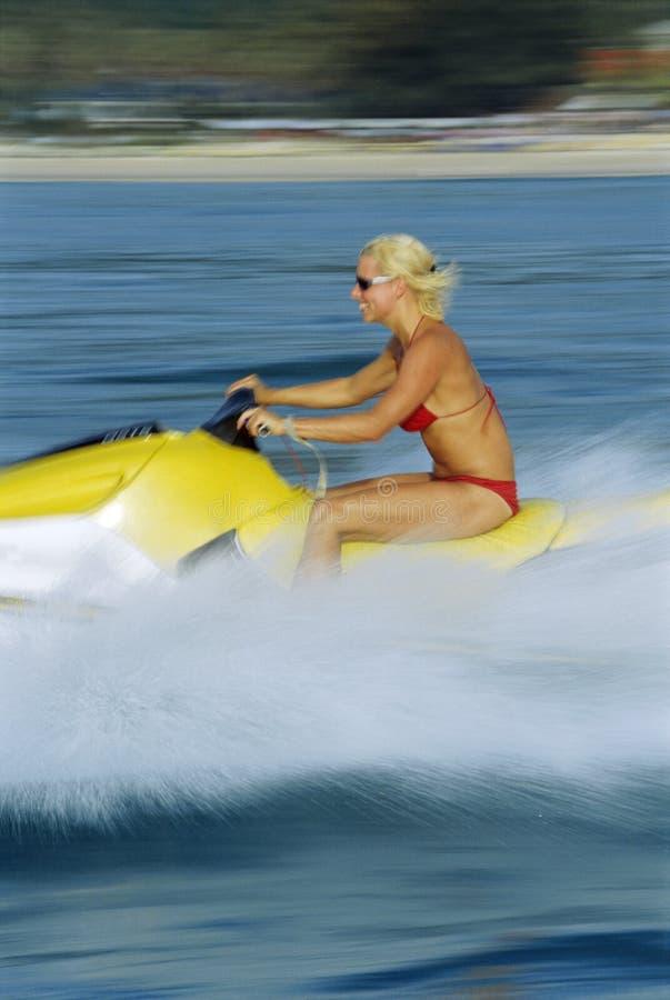 Una mujer en un esquí del jet foto de archivo libre de regalías