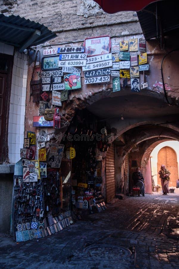 Una mujer está caminando en las calles de Marrakesh marruecos imagen de archivo