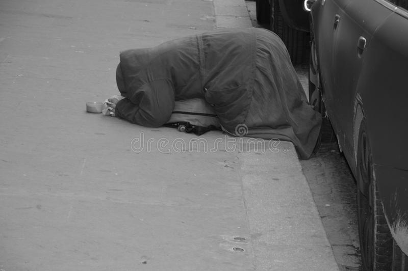Una mujer está pidiendo dinero en Italia fotografía de archivo