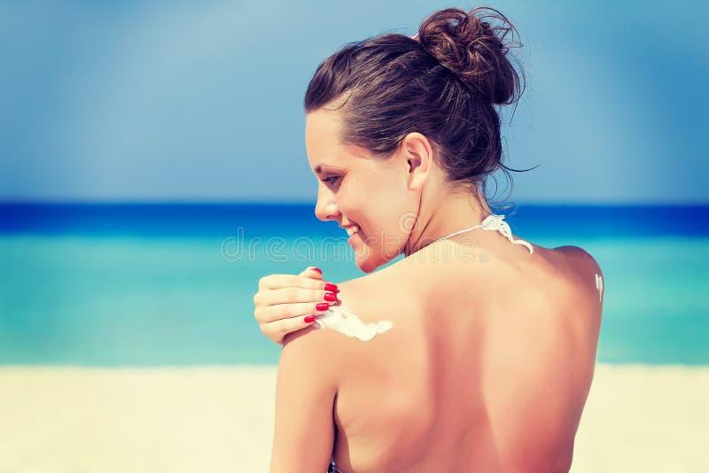 Download Una Mujer Est? Aplicando El Sunblock Imagen de archivo - Imagen de sunbathing, cubo: 41917649