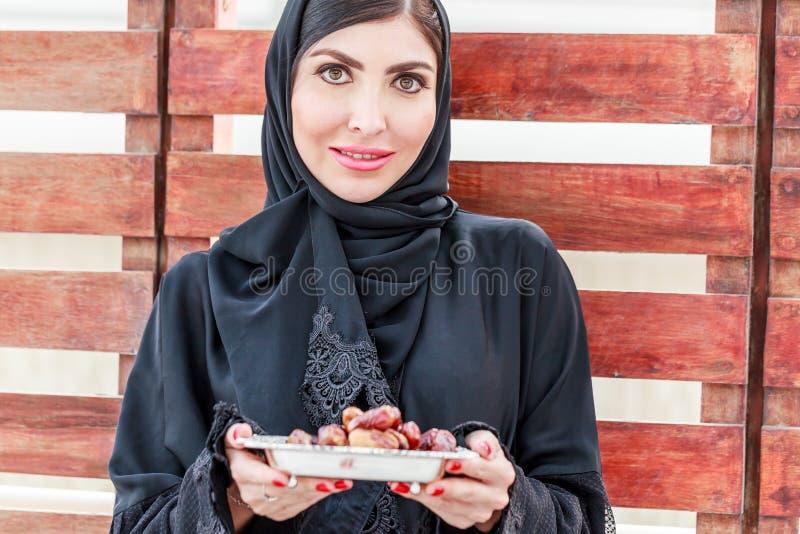 Una mujer hermosa blanca con abaya foto de archivo