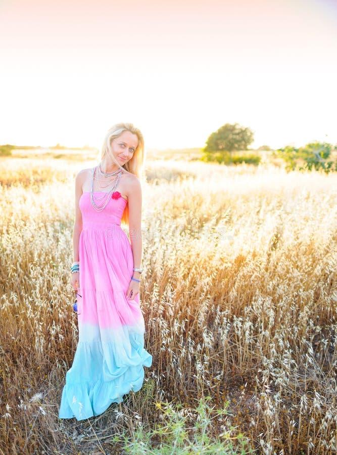 Una mujer hermosa en el campo de oro 2 del heno fotos de archivo