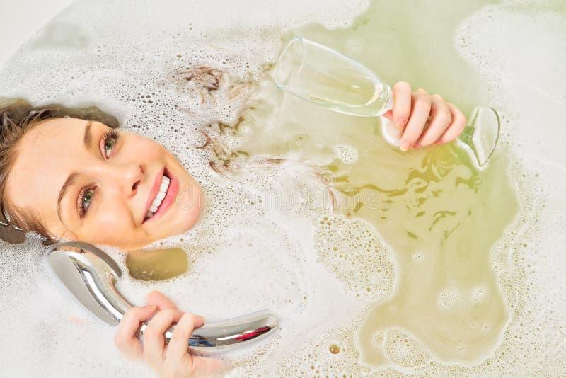 La mujer está disfrutando de un baño foto de archivo libre de regalías