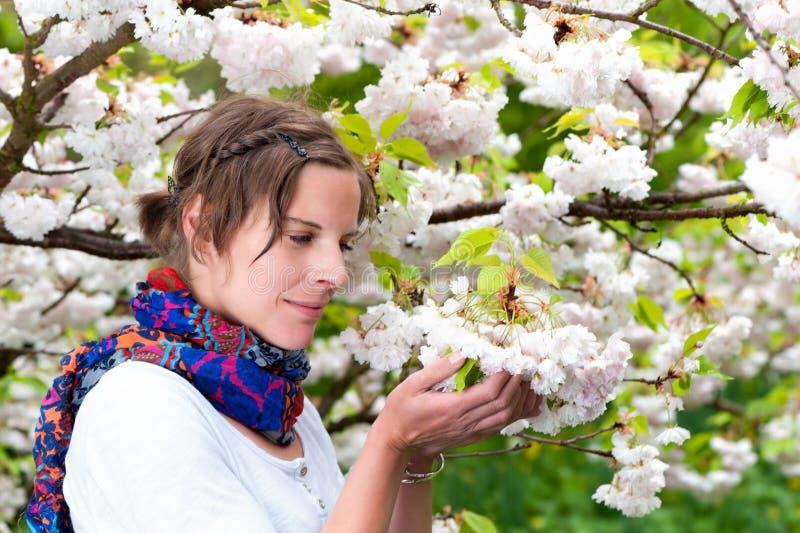 Una mujer hermosa que disfruta de la serenidad de la primavera fotos de archivo