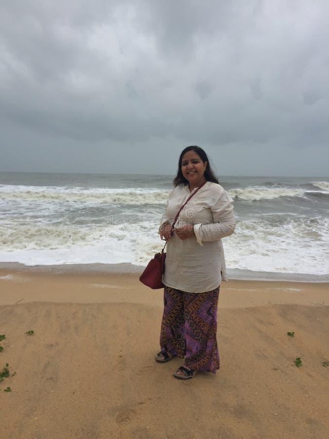 Una mujer india joven en blanco en la playa de Marvante foto de archivo