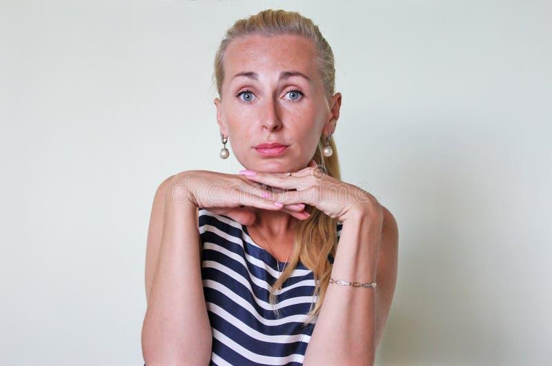 Una mujer infantil ofendida imagen de archivo