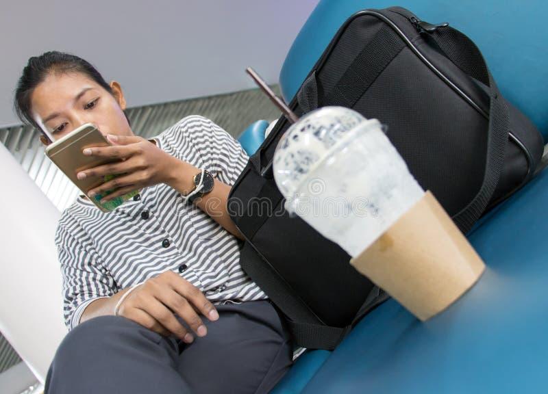 Una mujer joven con el teléfono móvil imágenes de archivo libres de regalías