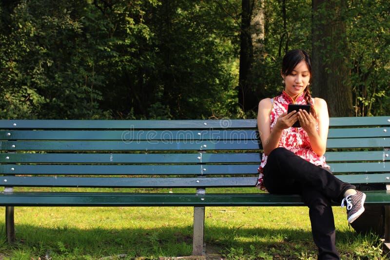 Una mujer joven con un ereader fotos de archivo