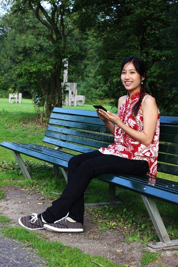 Una mujer joven con un ereader fotografía de archivo