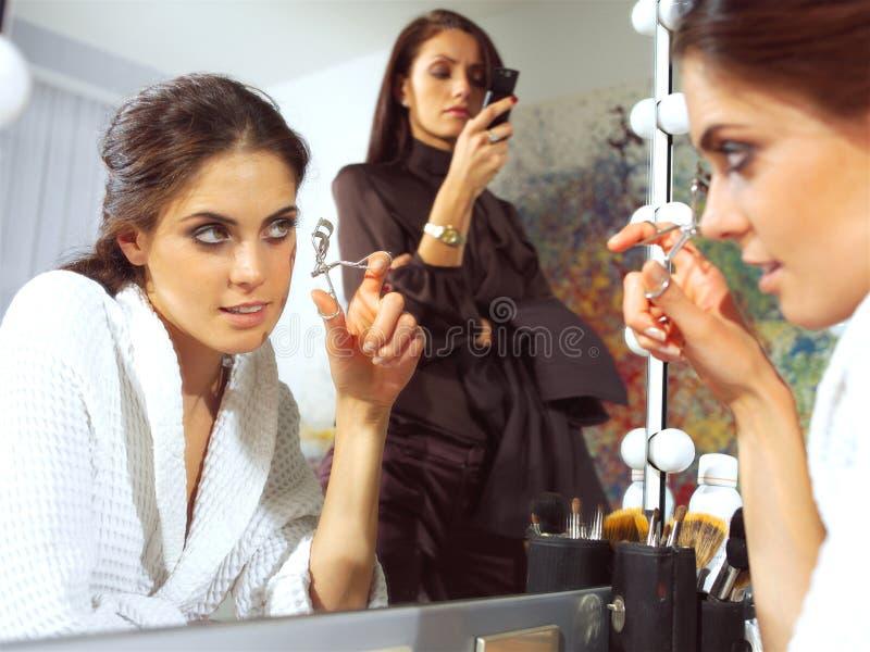 Una mujer joven en la sonrisa del espejo foto de archivo
