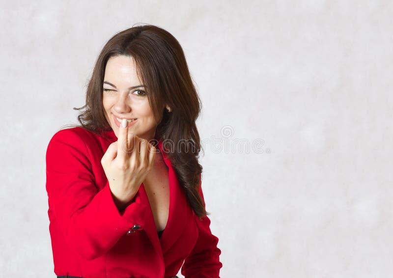 Una mujer joven llama al interlocutor fotos de archivo