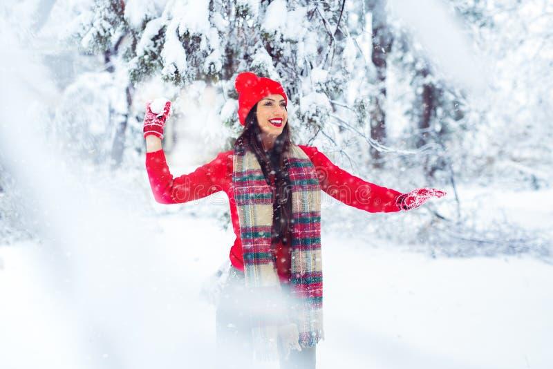 Una mujer joven que juega en la nieve - imagen fotografía de archivo libre de regalías