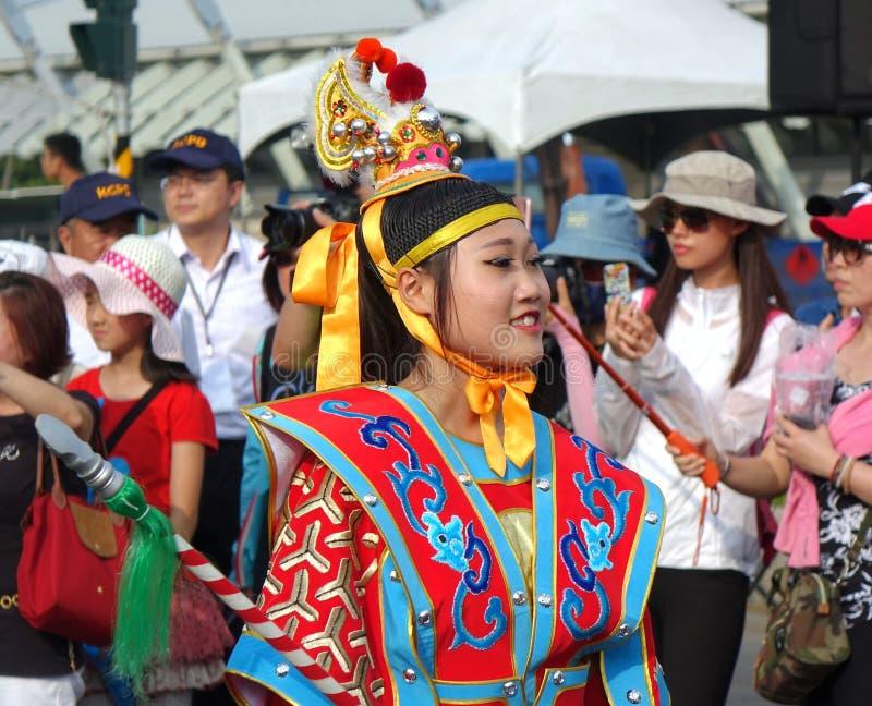 Una mujer joven se vistió en un traje nativo festivo foto de archivo libre de regalías