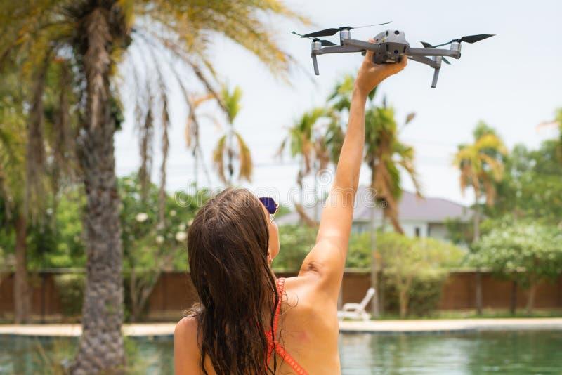 Una mujer lanza un abejón para el vuelo, con el cual usted puede tomar las fotos y la película video fotos de archivo libres de regalías