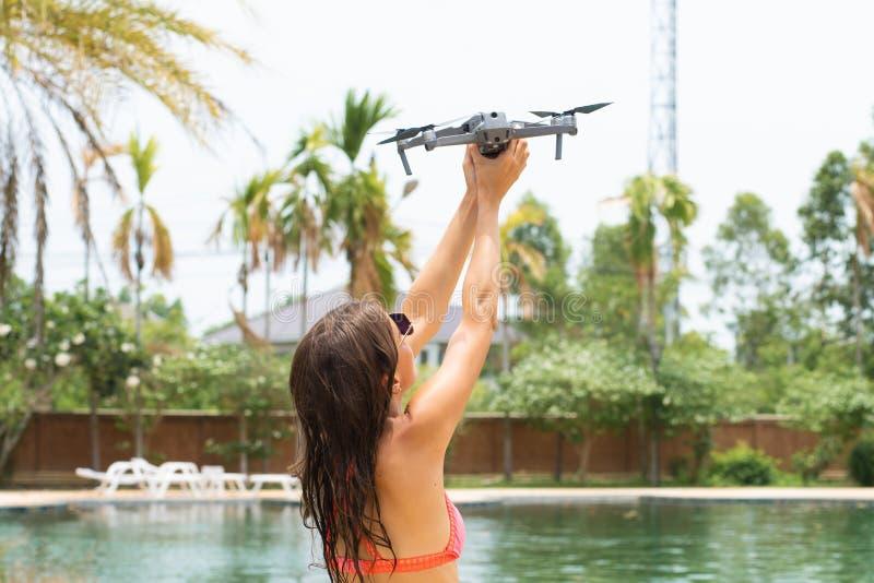 Una mujer lanza un abejón para el vuelo, con el cual usted puede tomar las fotos y la película video fotos de archivo