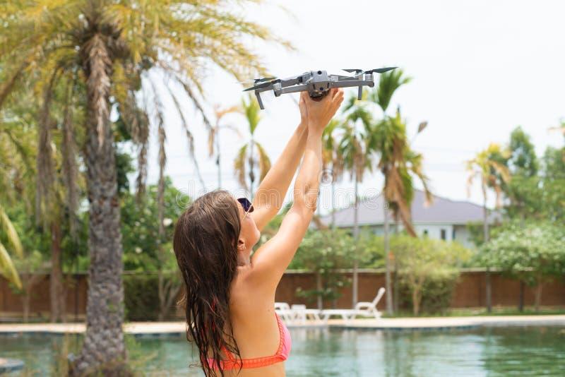 Una mujer lanza un abejón para el vuelo, con el cual usted puede tomar las fotos y la película video fotografía de archivo
