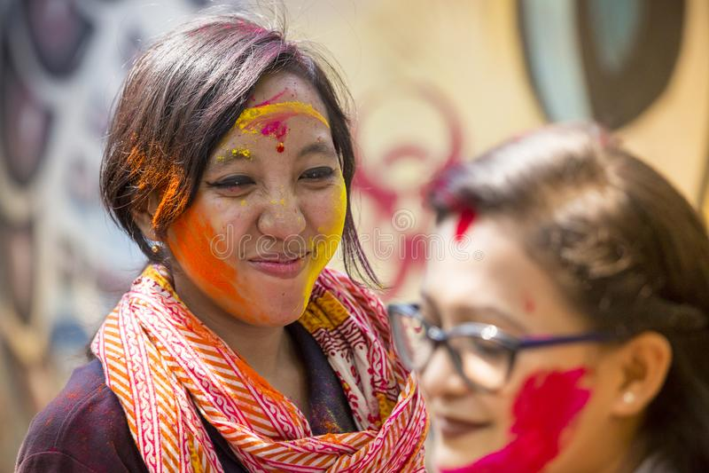 Una mujer manchada con el polvo coloreado, participa en las celebraciones del festival de Dol Utsav fotos de archivo libres de regalías