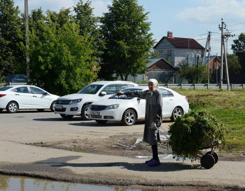 Una mujer mayor desconocida en un pueblo cerca de Moscú fotos de archivo