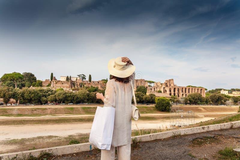 Una mujer observando ruinas del circo Maximus imágenes de archivo libres de regalías