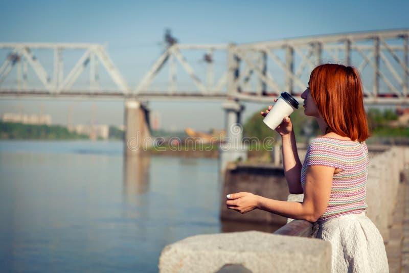 Una mujer pelirroja joven en parque fotos de archivo libres de regalías