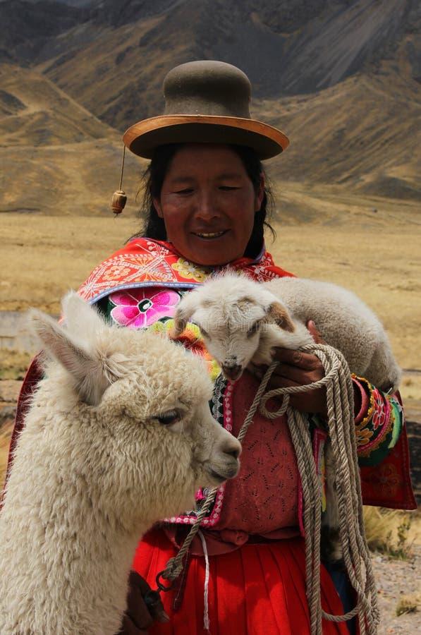 Una mujer peruana con los animales imagen de archivo
