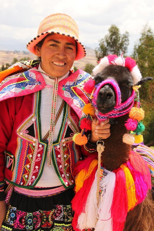 Una mujer peruana y su llama foto de archivo libre de regalías