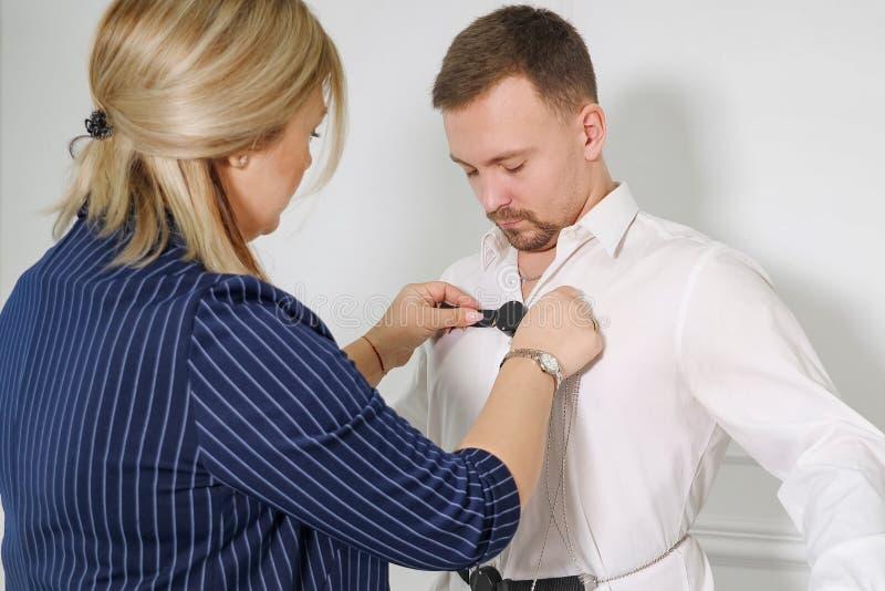 Una mujer pone al hombre en la prueba de detector de mentira de los sensores fotografía de archivo libre de regalías