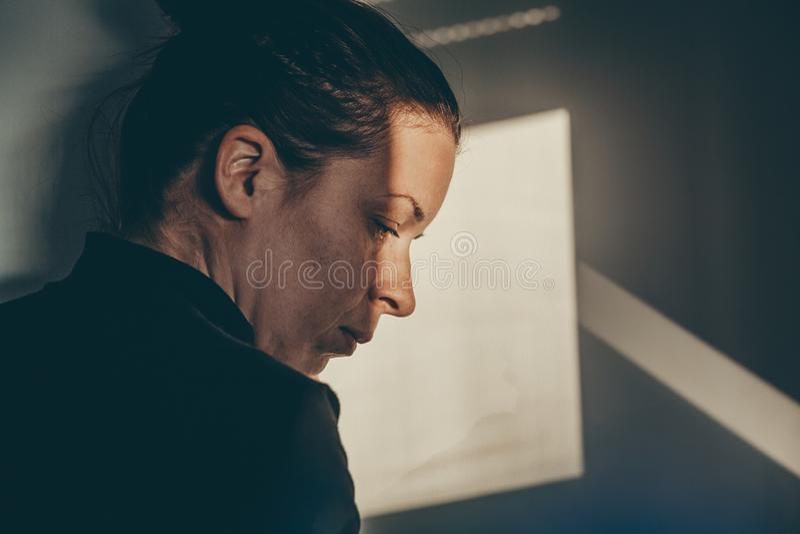 Una mujer presionada fotos de archivo