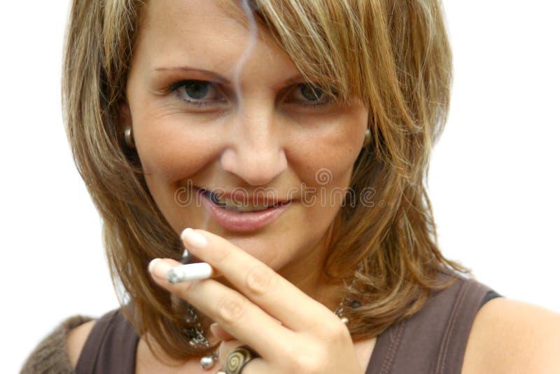 Download Una mujer que fuma hermosa foto de archivo. Imagen de muchacha - 1296448