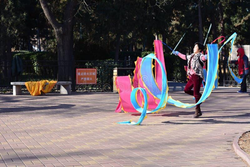 Una mujer que juega con la seda coloreada imágenes de archivo libres de regalías
