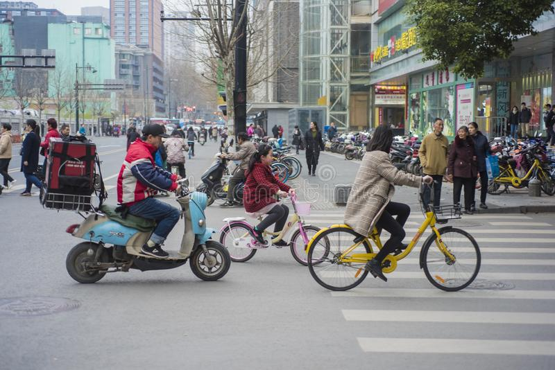 Una mujer que monta una bicicleta en Nanjing foto de archivo libre de regalías