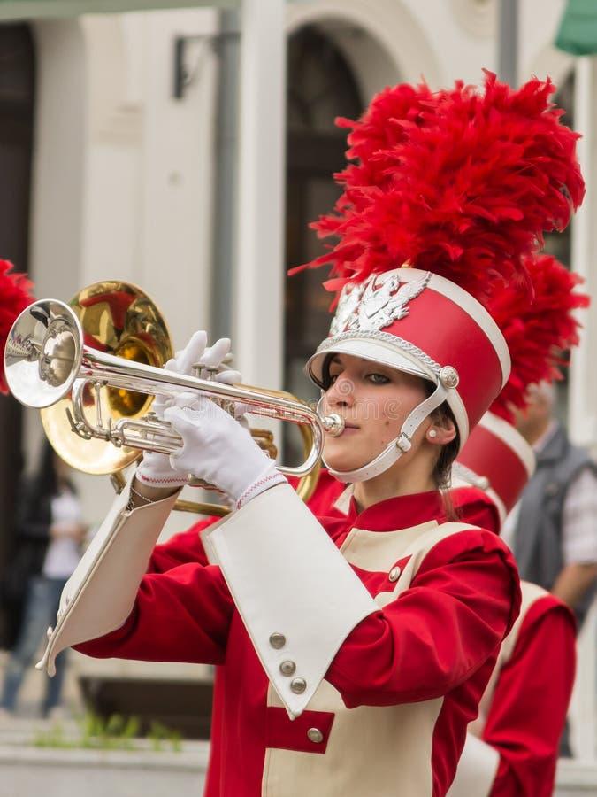 Una mujer que toca la trompeta imagen de archivo