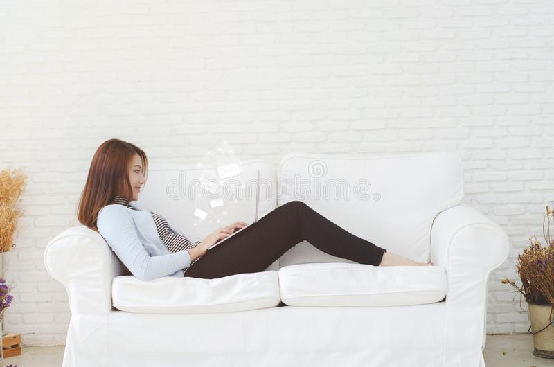 Una mujer que trabaja en su sitio fotos de archivo