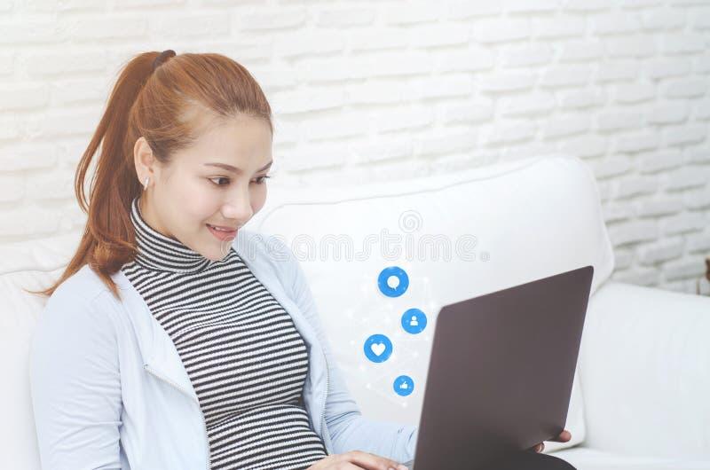 Una mujer que trabaja en su sitio imagen de archivo