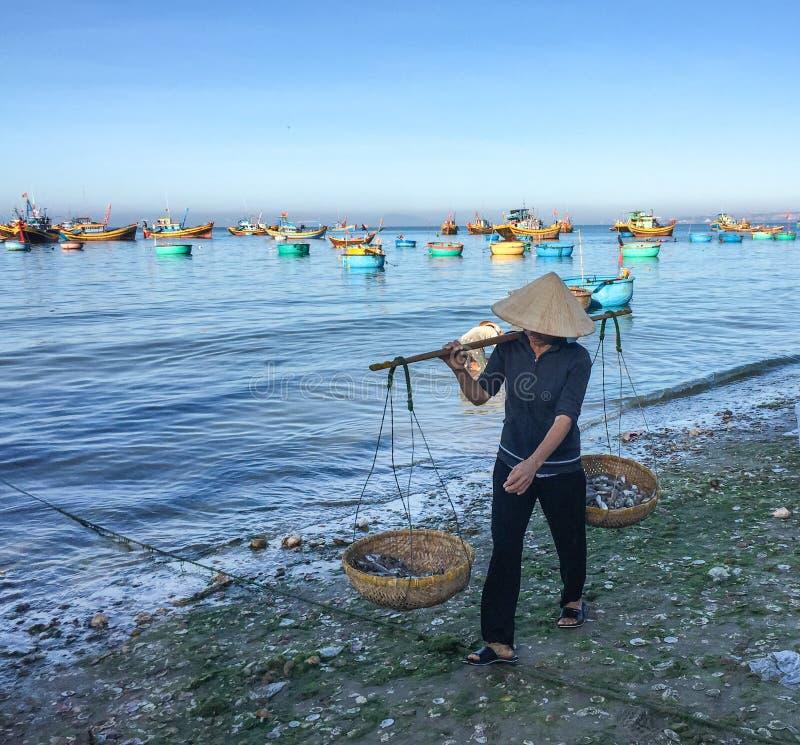 Una mujer que vendía pescados en la playa en Phan sonó, Vietnam fotografía de archivo libre de regalías