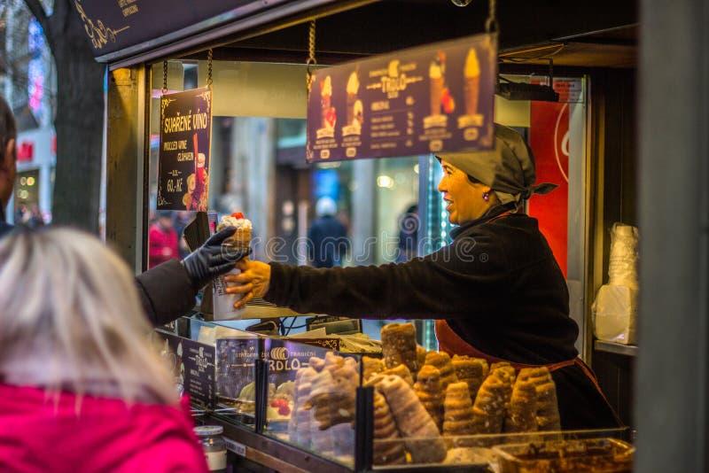 Una mujer que vende la comida checa tradicional 'trdlo ' imagen de archivo