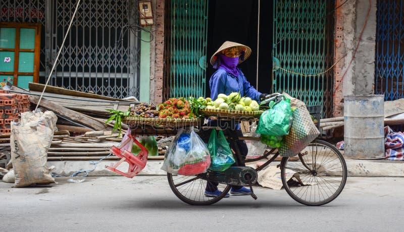 Una mujer que vende las frutas en la ciudad de Halong en Quang Ninh, Vietnam fotos de archivo